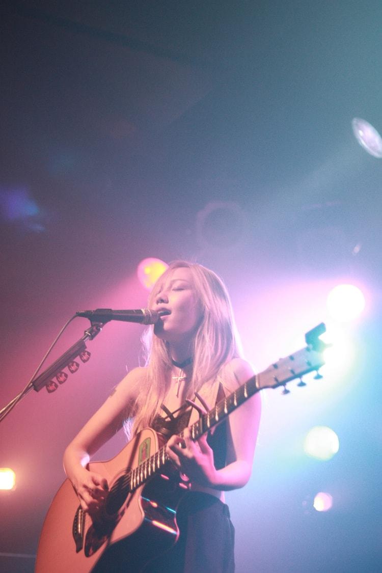 """「ななみ 2016 tour""""白と黒の世界""""」東京公演の様子。(提供:日本クラウン)"""