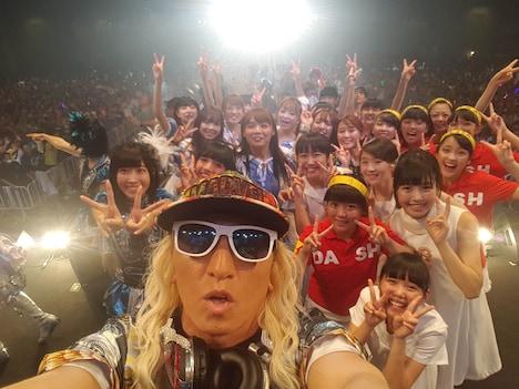 DJ KOOによるステージ上でのセルフィー。