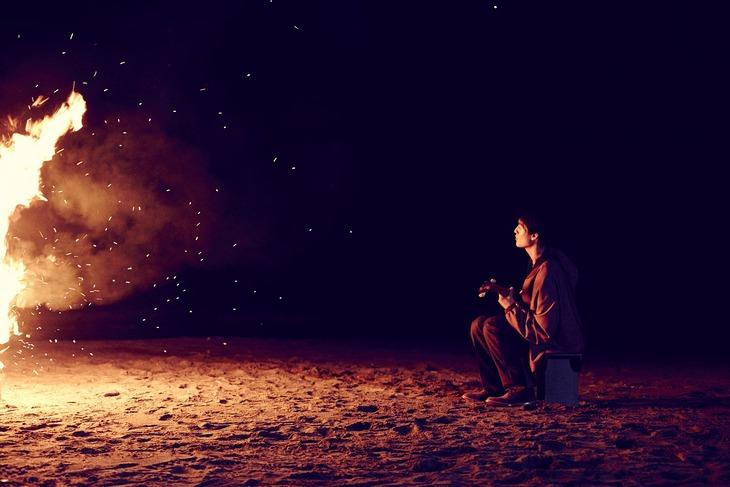 「Believe My Eyes」ミュージックビデオのワンシーン。