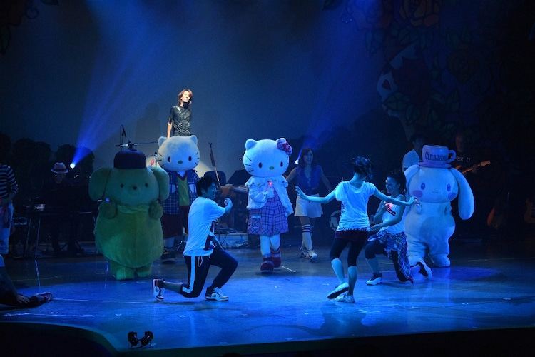 "「OSHIKI KADOMATSU Produce ILLUMINANT REBIRTH ""NIKOICHI"" feat. MAY'S」の様子。(c)SANRIO"