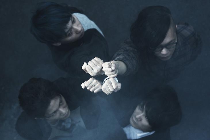 QOOLAND。右下が平井拓郎(Vo, G)。