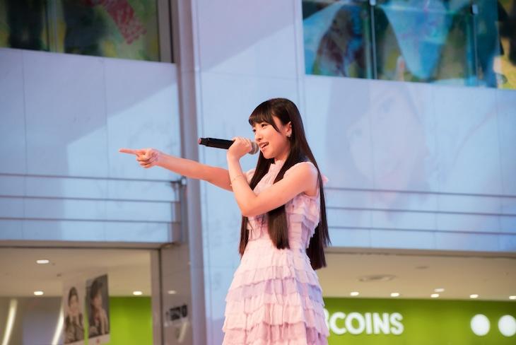 山崎エリイ「『全部、君のせいだ。』リリース記念ミニライブ&ハイタッチ会」の様子。(写真提供:日本コロムビア)