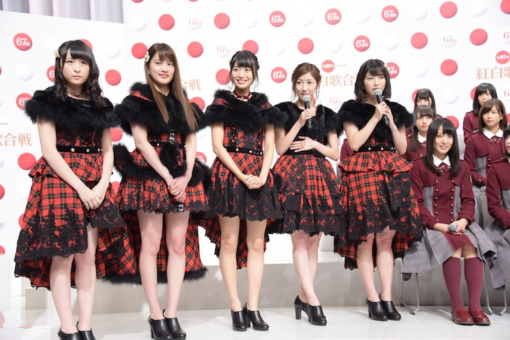 11月24日に行われた出場歌手発表会見に登壇したAKB48グループの川本紗矢、入山杏奈、北原里英、渡辺麻友、横山由依(左から)。