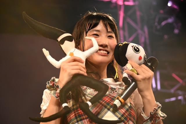 ゆるキャラを紹介する横山実郁(RYUTist)。