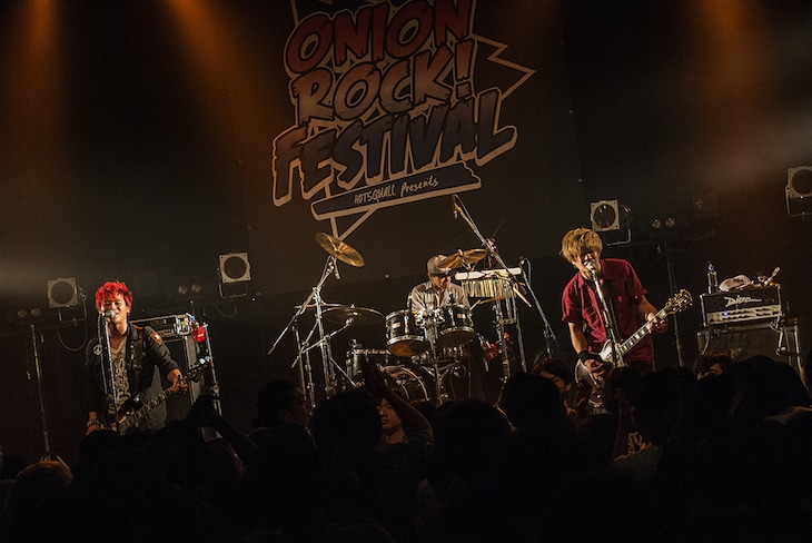 「ONION ROCK Winter 2016」でのHOTSQUALLのパフォーマンスの様子。(Photo by manaty)
