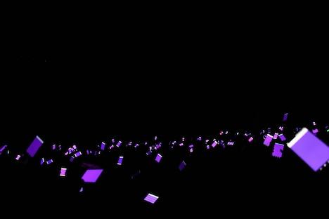 スマートフォンで紫色に染め上げられたCLUB CITTA'のフロア。