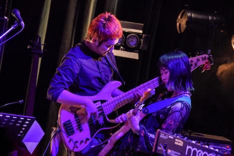 向かい合って演奏する玉木正太郎(左)とRei(右)。(Photo by Shun Komiyama)