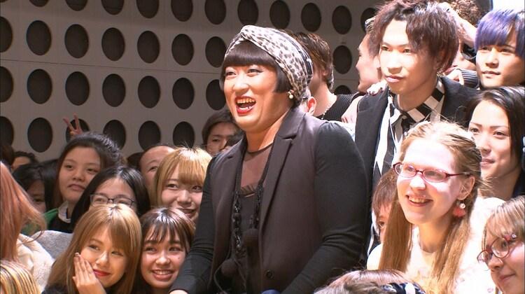 秋山竜次(ロバート)扮するファッションデザイナーのYOKO FUCHIGAMI。 (c)日本テレビ