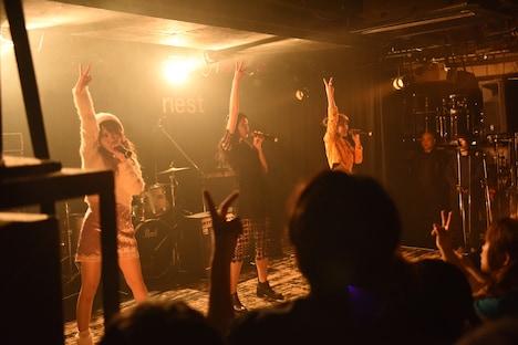 田中れいな(LoVendoЯ)、和田彩花(アンジュルム)、高橋愛によるライブの様子。