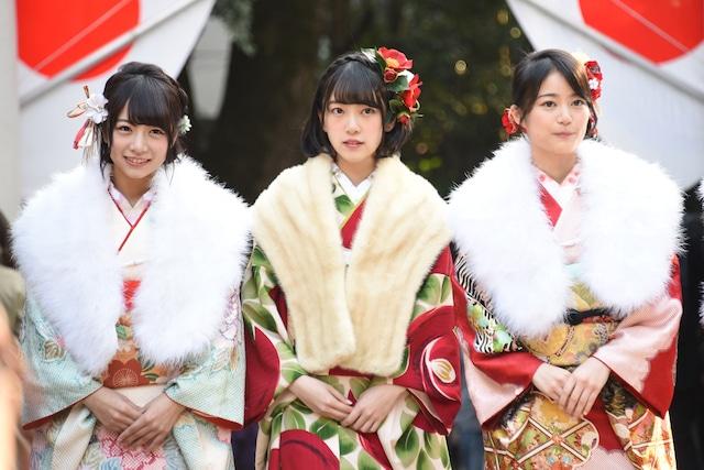 左から北野日奈子、堀未央奈、生田絵梨花。