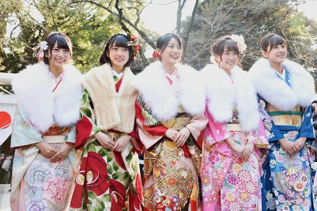 乃木神社の参道を歩く5人。