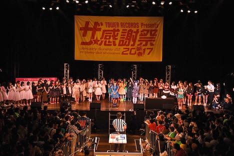 アームレスリング大会決勝戦の様子。