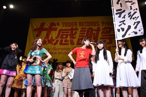 SMAの後輩・アイドルネッサンスを引き連れ乱入する酒井瞳(中央)。