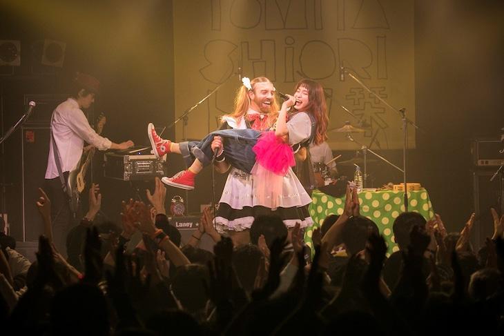レディビアードにお姫様抱っこされるトミタ栞。(写真提供:EPICレコードジャパン)