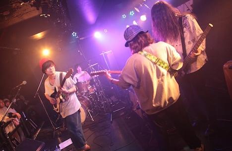 チヨチヨイヤマ(SPARK!! SOUND!! SHOW!!)と小原綾斗(Tempalay)を迎えたドミコ。(撮影:松本時代)