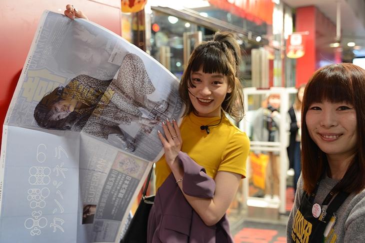 東京・タワーレコード渋谷店を訪れたコムアイ(左)。