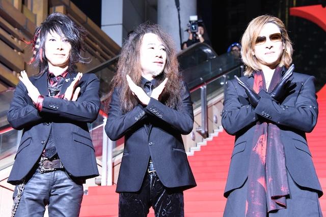 左からHEATH、PATA、YOSHIKI。