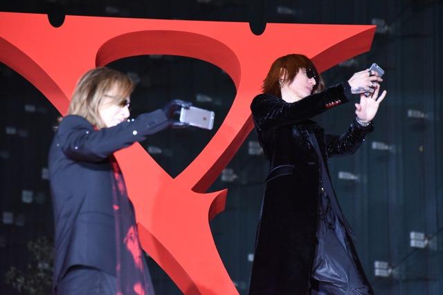 紅カーペットで自撮りをするSUGIZOとYOSHIKI。