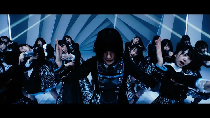 「誰のことを一番 愛してる?」ミュージックビデオのワンシーン。(c)AKS