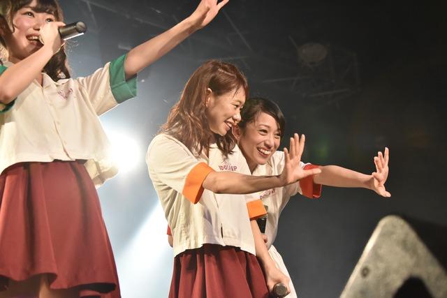 LINE LIVEのカメラにアピールするami(中央)とmei(右)。