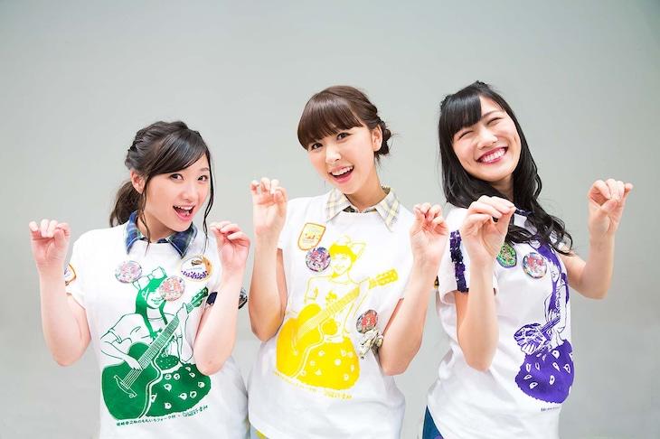 「PPAP」ポーズを決めるマス寿司三人前。左から有安杏果、玉井詩織、高城れに。