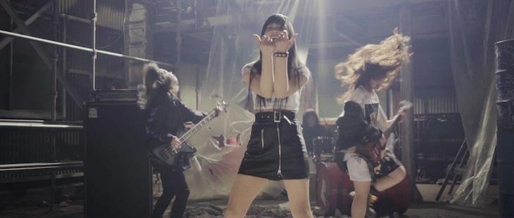 BRATS「脳内消去ゲーム」のミュージックビデオのワンシーン。