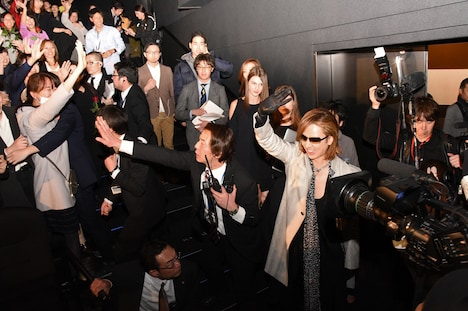 ファンに手を振るYOSHIKI。