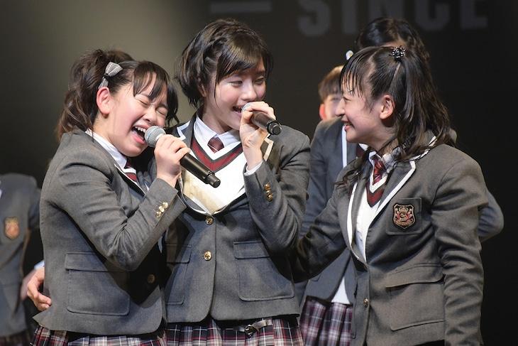 左から黒澤美澪奈、倉島颯良、山出愛子。