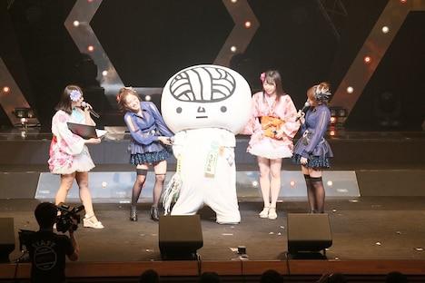 SKE48「SKE48 47都道府県全国ツアー ~機は熟した。全国へ行こう!~」高松公演の様子。中央はうどん脳くん。