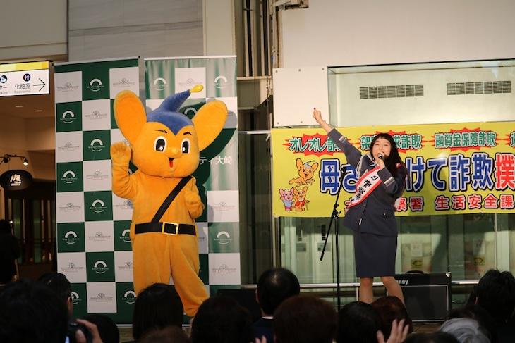 左からピーポくん、トミタ栞一日警察署長。(写真提供:EPICレコードジャパン)