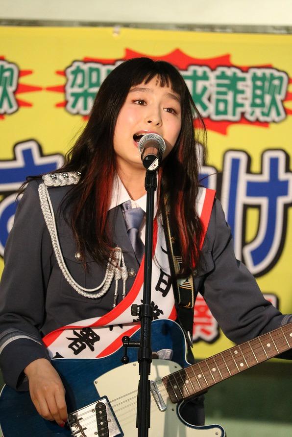 トミタ栞一日警察署長(写真提供:EPICレコードジャパン)