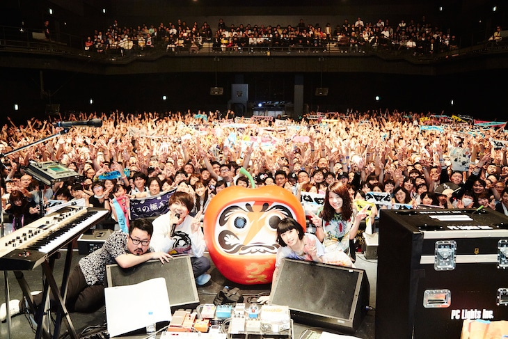 ゲスの極み乙女。「『達磨林檎』発売記念ライブ」の様子。