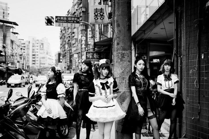 BAND-MAID。右から2番目が彩姫(Vo)。