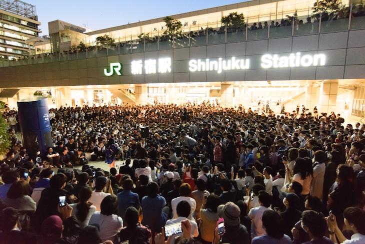 さユりの路上ライブの様子。(写真提供:アリオラジャパン)