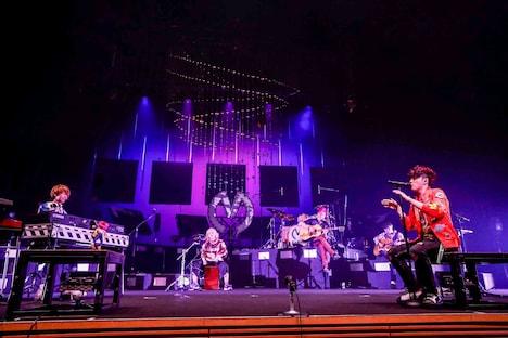 「Hug」をアコースティックで演奏する5人。(Photo by Hajime Kamiiisaka)