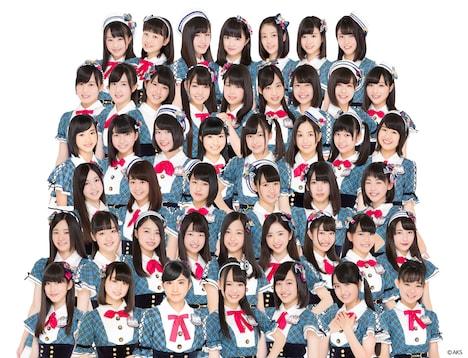 AKB48チーム8。下から2列目、左から2番目が阿部芽唯。