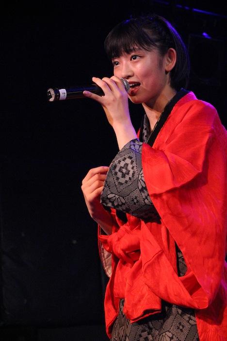 着物をリメイクした母親お手製の衣装を身にまとって歌う水春。(写真提供:スターダストプロモーション)