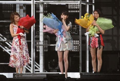 花束を抱えて登場した中澤裕子、道重さゆみ、和田彩花(左から)。(写真提供:アップフロント)