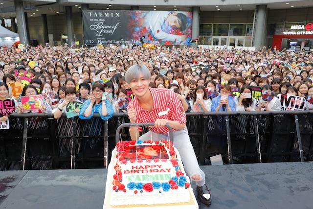 バースデーケーキを前に笑顔のテミン。(写真提供:EMI RECORDS)