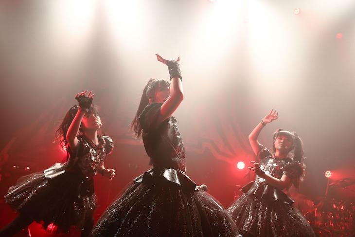 「BABYMETAL 5大キツネ祭り in JAPAN『黒キツネ祭り』」の様子。(Photo by Taku Fujii)