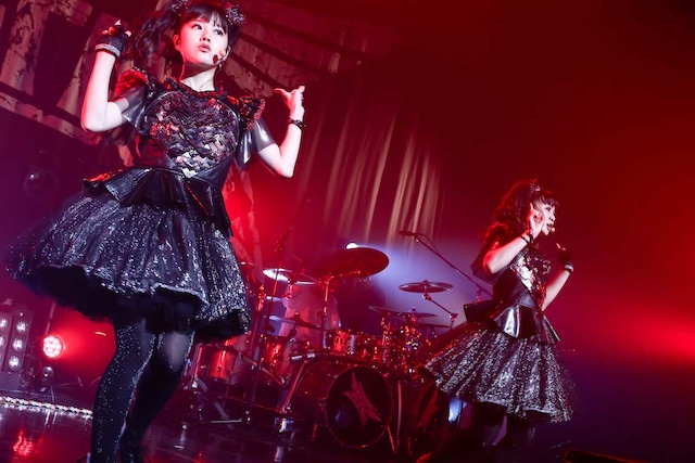 左からYUIMETAL(Scream, Dance)、MOAMETAL(Scream, Dance)。(Photo by Taku Fujii)