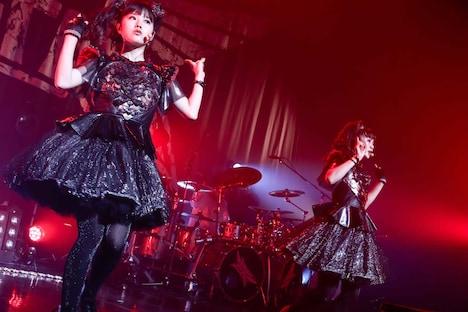 左からYUIMETAL(Scream, Dance)、MOAMETAL(Scream, Dance)。(Photo by Taku Fujii)