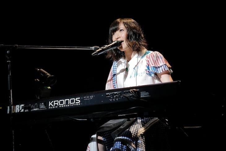 キーボードの弾き語りで「ありがとうのプレゼント」を披露する有安杏果。(photo by HAJIME KAMIIISAKA+Z)