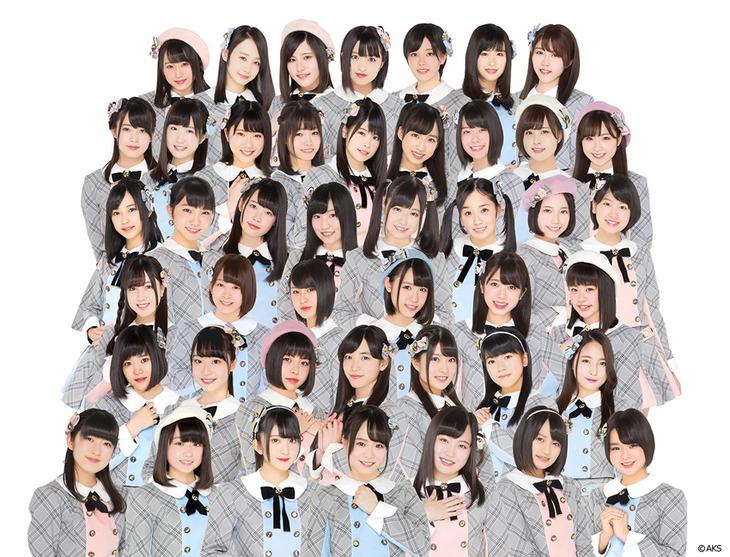 AKB48チーム8。最上段の右から3番目が早坂つむぎ。