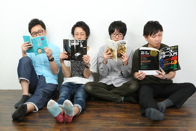 未完成VS新世界。左から梅本多朗(Key)、安田強太(B)、澤田健太郎(Vo, G)、海藤祐司(G)。