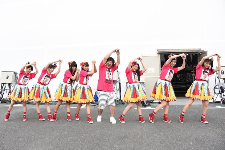 「サドンデス」のポーズを決める私立恵比寿中学と岡崎体育。