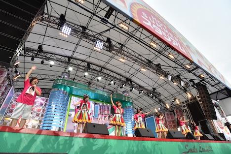 「ごきげんよう」と挨拶する私立恵比寿中学と岡崎体育。