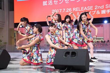 つばきファクトリー「就活センセーション / 笑って / ハナモヨウ」発売記念イベント 東京・池袋サンシャインシティ噴水広場公演の様子。