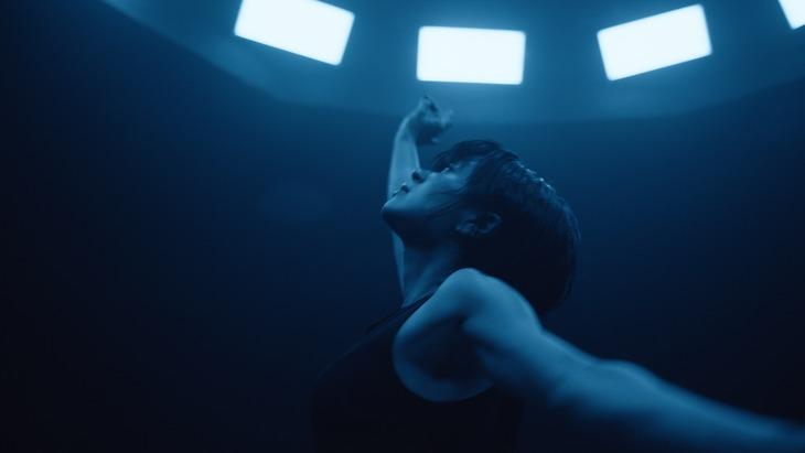 「Forevermore」ミュージックビデオのワンシーン。
