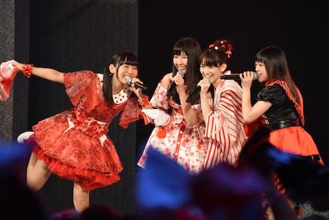 """""""赤色担当ステージ""""に登場した古川未鈴、溝手るか、秋本帆華、若井友希(左から)。"""